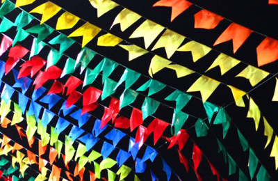 Faça bandeirinhas de várias cores para sua festa ficar bem bonita