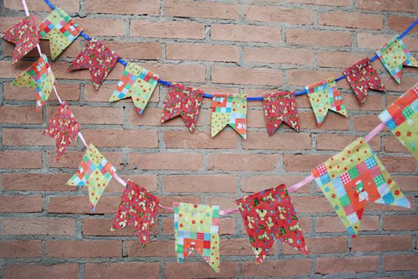 Bandeirinhas feitas com papel de presente usado (Foto: Divulgação)