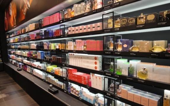 Coloque prateleiras com os perfumes bem amostra para os clientes
