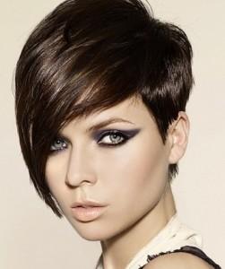 Fale com seu cabeleireiro para ver qual é o modelo de corte de cabelo com franja para seu tipo de rosto