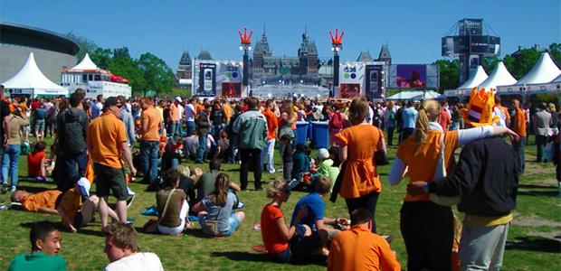 Amsterdam é visitado por milhões de solteiros todos os anos devido as festas e toda a badalação que o país proporciona aos turistas como a comemoração do Dia da Raínha