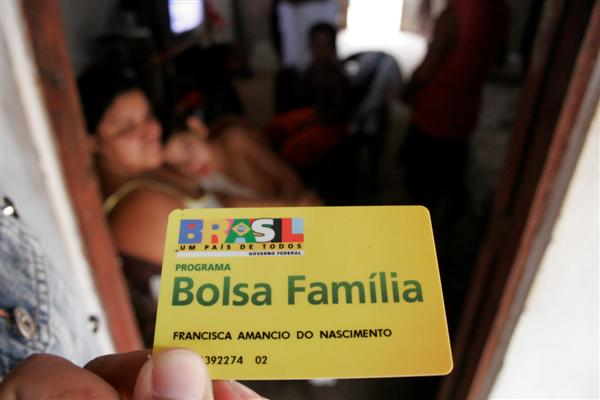 Milhões de brasileiros são inscritos no programa Bolsa família