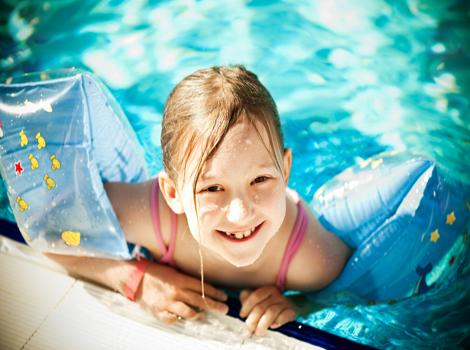 a natação é um dos esportes que traz mais benefícios para crianças