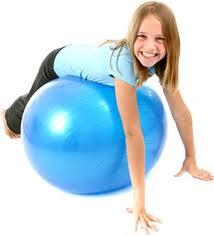 A ginástica ensina o equilíbrio, que melhora a postura.