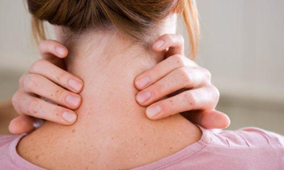 O torcicolo causa dor e desconforto. (Foto: Divulgação)