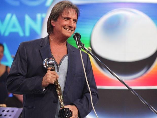 Globo tenta mudar legislação para produzir minissérie de Roberto Carlos