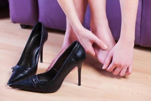O uso frequente de salto alto causa deformidade nos dedos. (Foto: Divulgação)