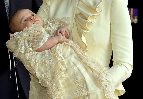 Príncipe George usa réplica de roupa de 1841 no batismo
