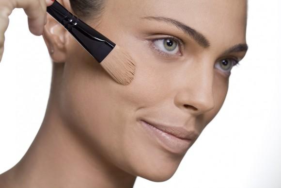 A base ajuda na fixação da maquiagem