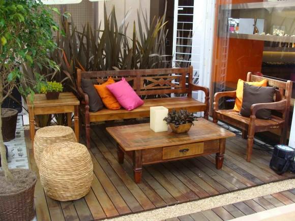 Use madeira também para montar o jardim da casa de madeira